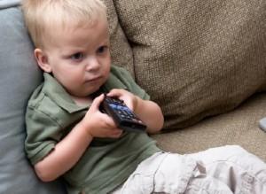 niño viendo tele